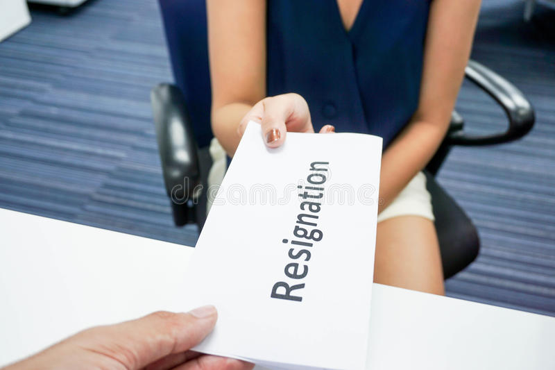 Presenti una lettera di dimissioni immagini stock
