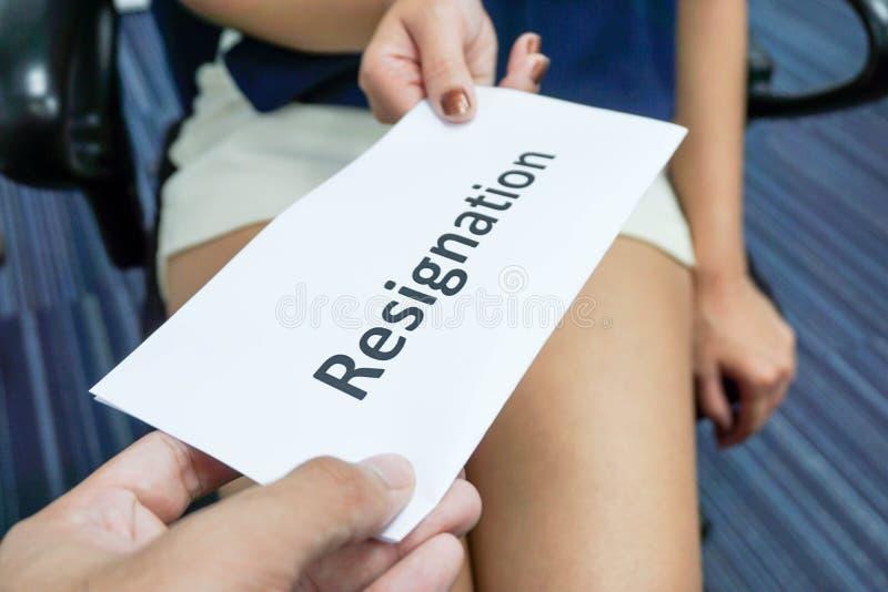 Presenti una lettera di dimissioni fotografia stock