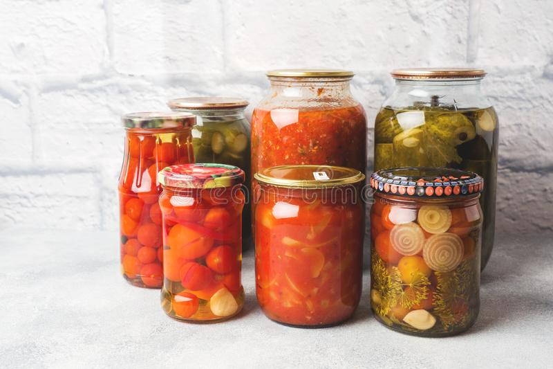 Preservación de verduras en los bancos Productos de la fermentaci?n Cosecha de los pepinos y de los tomates para el invierno fotos de archivo libres de regalías