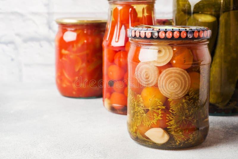 Preservación de verduras en los bancos Productos de la fermentaci?n Cosecha de los pepinos y de los tomates para el invierno imagenes de archivo