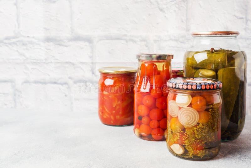 Preservación de verduras en los bancos Productos de la fermentaci?n Cosecha de los pepinos y de los tomates para el invierno Copi fotografía de archivo libre de regalías