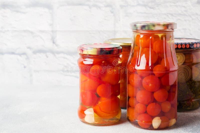 Preservación de verduras en los bancos Productos de la fermentaci?n Cosecha de los pepinos y de los tomates para el invierno Copi fotos de archivo libres de regalías