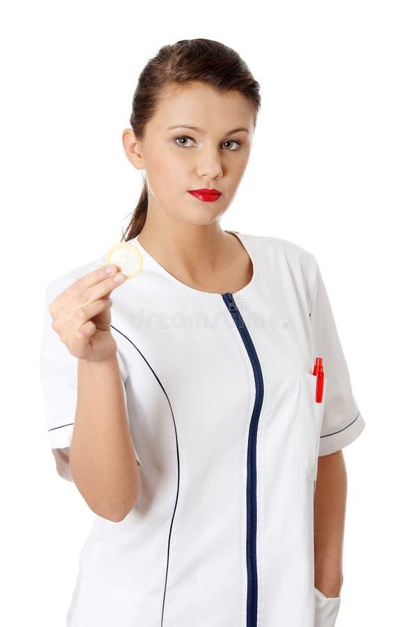 Preservativo femminile della holding del medico immagini stock
