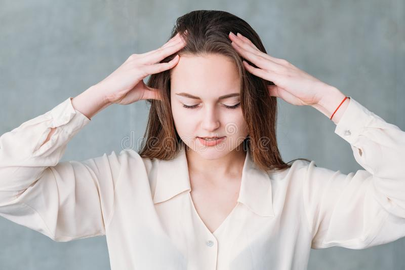 Presión apacible del masaje principal de la mujer de Distressedssed imagen de archivo libre de regalías