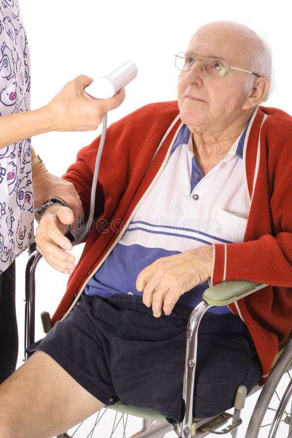Presión arterial de la supervisión de la enfermera imagenes de archivo
