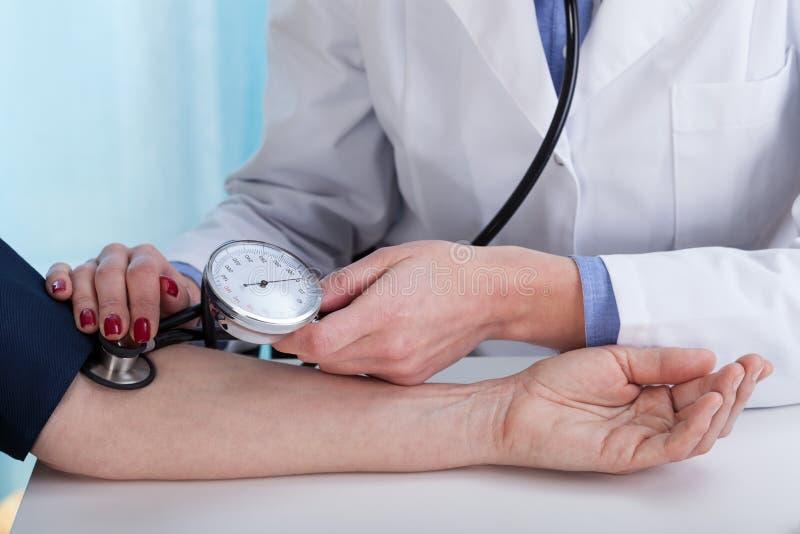 Presión arterial de medición fotografía de archivo