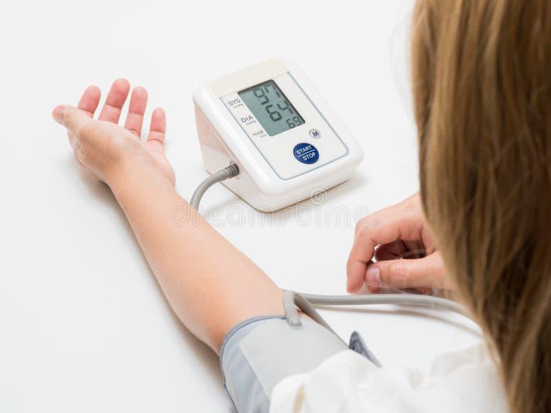 Presión arterial de medición imagenes de archivo