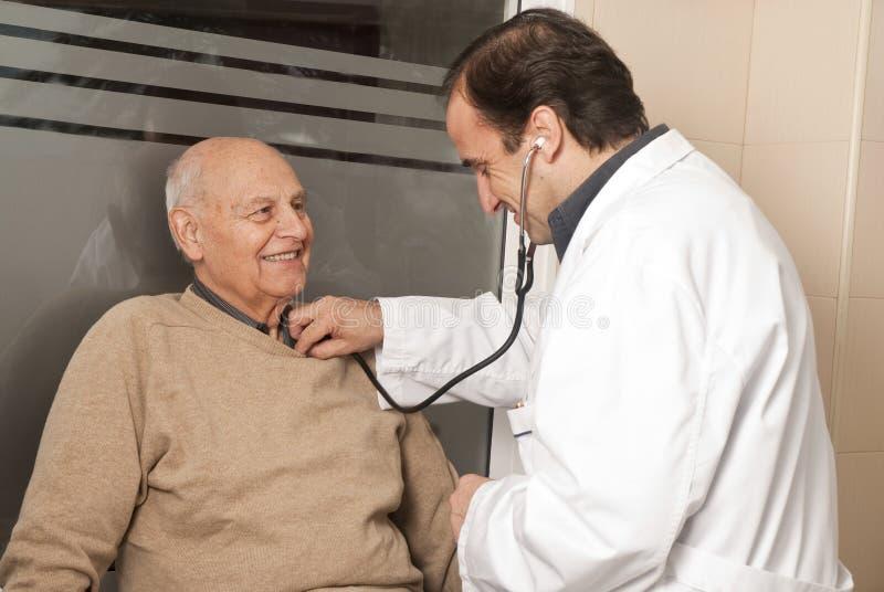Presión arterial de medición del doctor foto de archivo libre de regalías