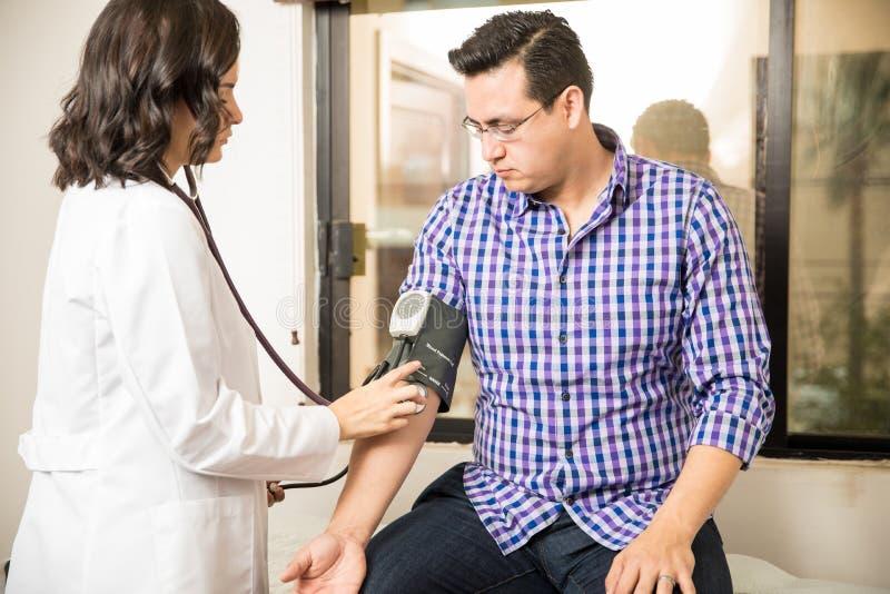 Presión arterial de medición del doctor imagenes de archivo
