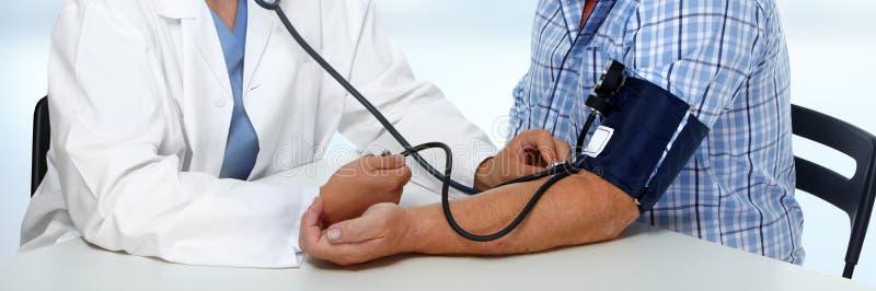 Presión arterial de medición del doctor fotografía de archivo