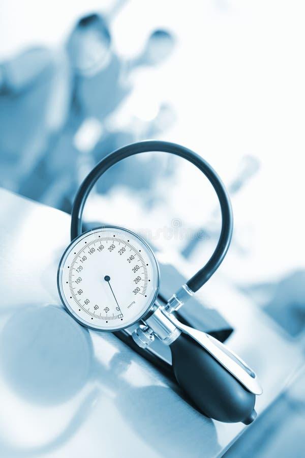 Presión arterial de medición en el cuarto de personal en el hospital foto de archivo