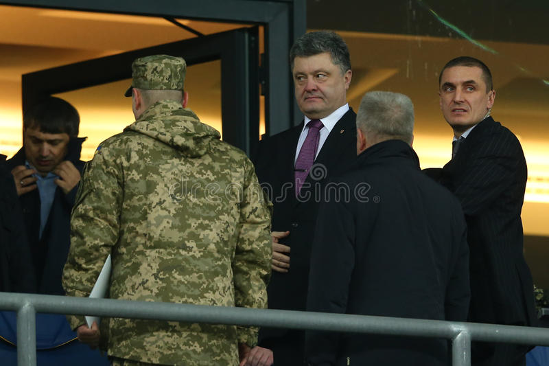 President av Ukraina Petro Poroshenko och livvakter i Storgubbe-ask för runda för UEFA-Europaliga av den andra matchen för ben 16 arkivfoton
