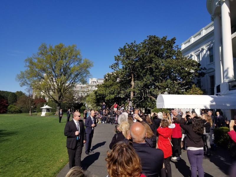 President Trump som skakar händer av Vita Husetvolontärer arkivbild