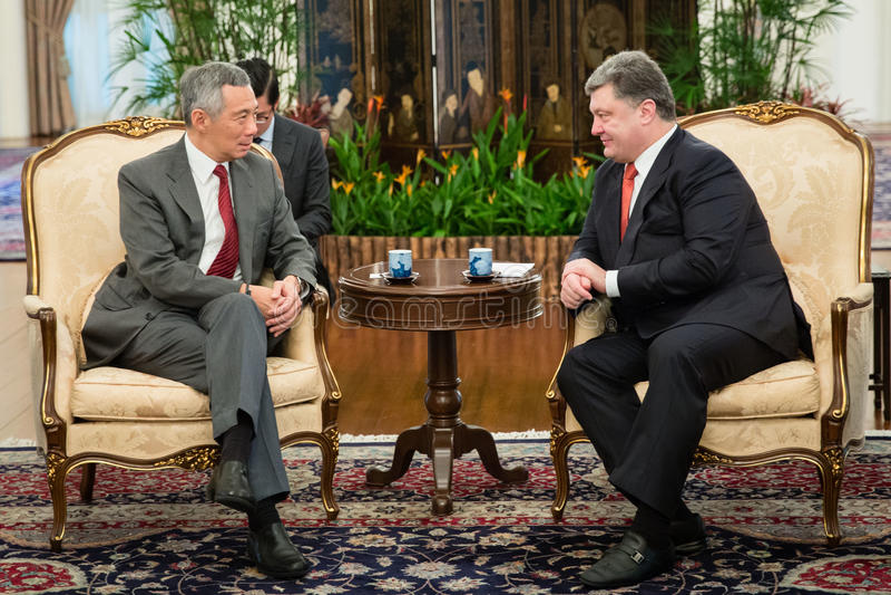 President of Ukraine Petro Poroshenko and Prime Minister of Sing. SINGAPORE - DECEMBER 9, 2014: President of Ukraine Petro Poroshenko and Prime Minister of stock photos