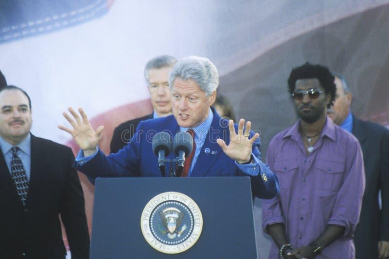 Presidente anterior Bill Clinton habla en una reunión presidencial para Gore/Lieberman el 2 de noviembre de 2000 en Baldwin Hills imágenes de archivo libres de regalías