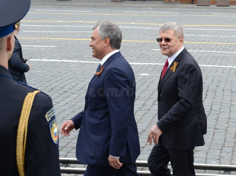 Presidente da duma de estado do conjunto federal da Federação Russa Vyacheslav Volodin e do promotor de justiça General Yuri Chai imagem de stock