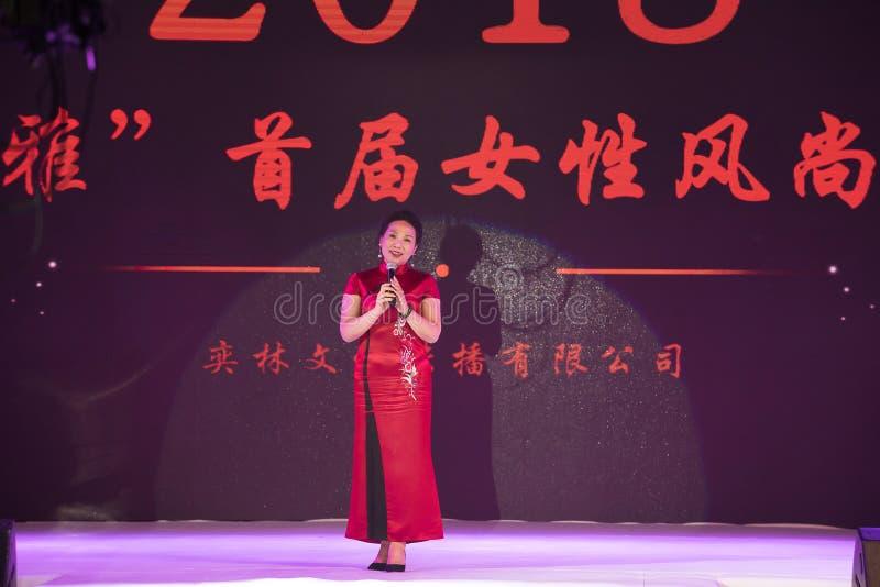 Presidente da mostra atividade-fêmea do cheongsam foto de stock