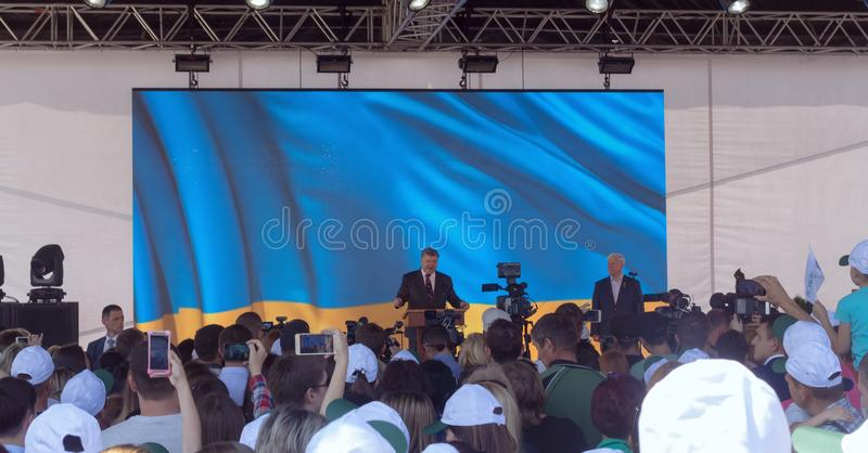Presidente de Ucrania Petro Poroshenko durante la reunión con los residentes de la ciudad y los trabajadores en el astillero Nibu fotos de archivo