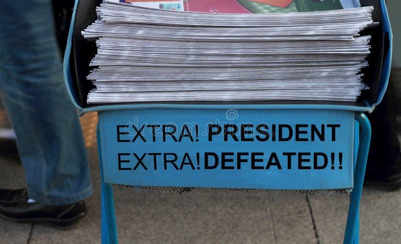 Presidente Defeated, título em uma pilha de jornal fotos de stock