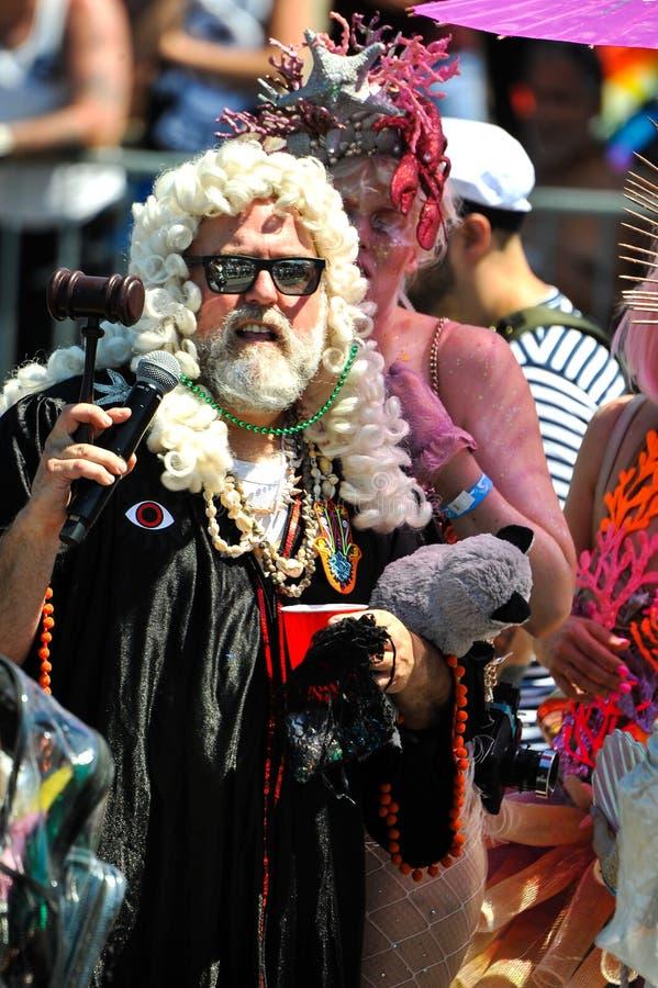 A presidente do supremo tribunal da parada e dos participantes da sereia na 36th parada anual da sereia em Coney Island fotos de stock