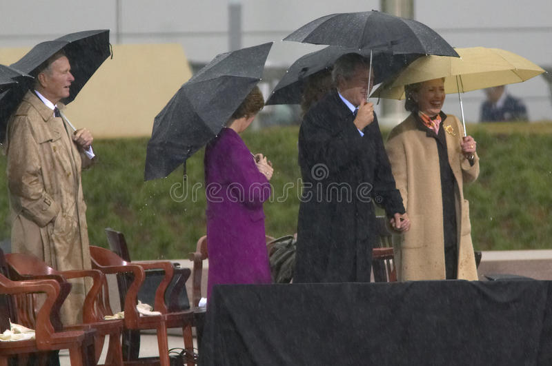 Presidente George W Bush guarda as mãos com a senhora anterior dos E.U. primeiros e o senador atual dos E.U. Hillary Clinton, d N imagens de stock royalty free