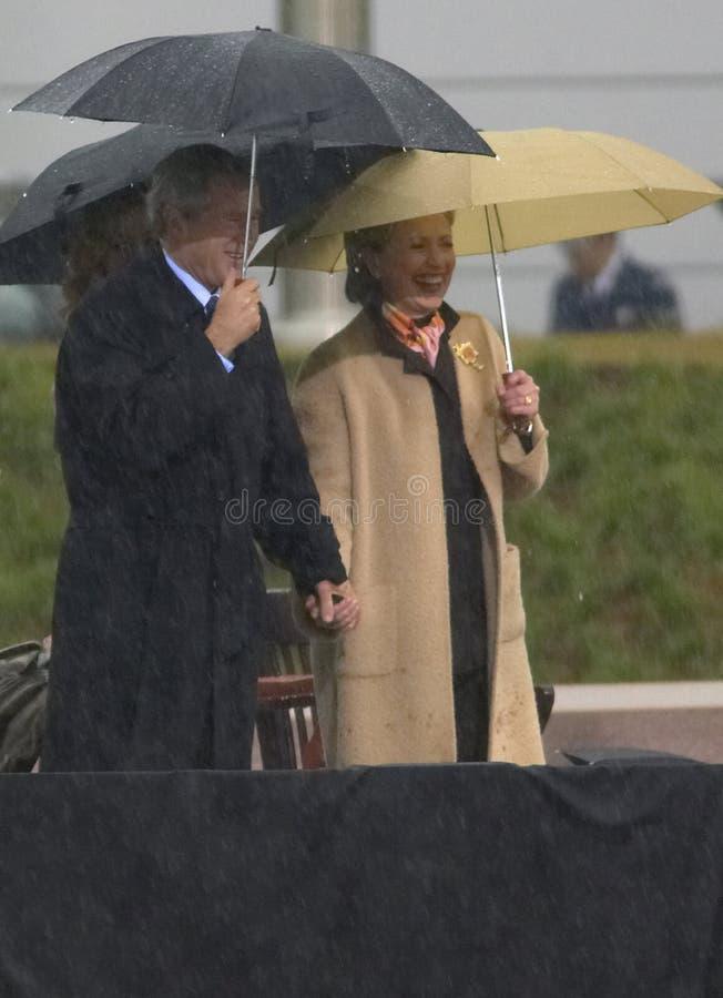Presidente George W Bush guarda as mãos com a senhora anterior dos E.U. primeiros e o senador atual dos E.U. Hillary Clinton, d N fotografia de stock