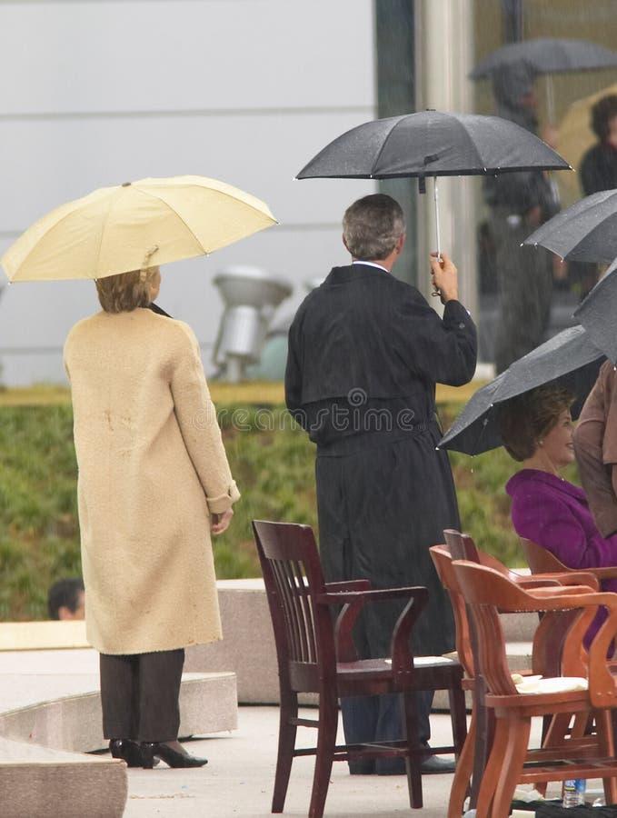 Presidente George W Bush, senhora anterior dos E.U. primeiros e senador atual dos E.U. Hillary Clinton, d NY e outro na fase dura fotos de stock royalty free