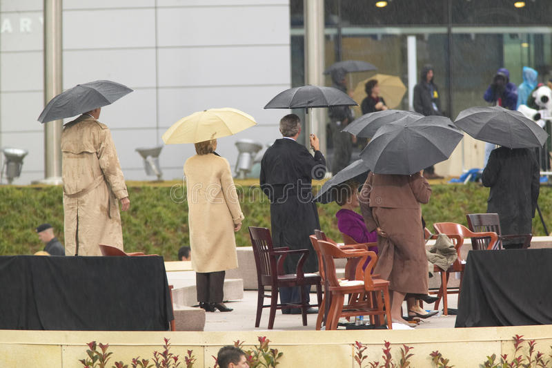Presidente George W Bush, senhora anterior dos E.U. primeiros e senador atual dos E.U. Hillary Clinton, d NY e outro na fase dura imagens de stock royalty free