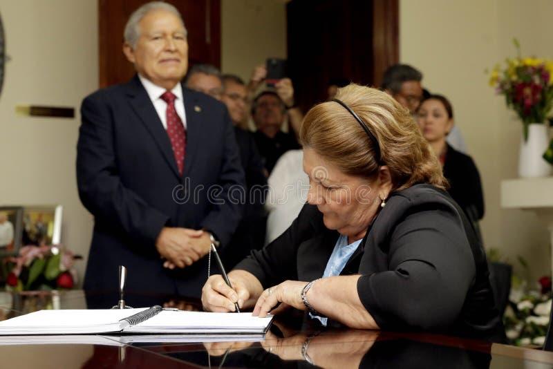 Presidente presenta sus condolencias en embajda de Cuba fotografering för bildbyråer