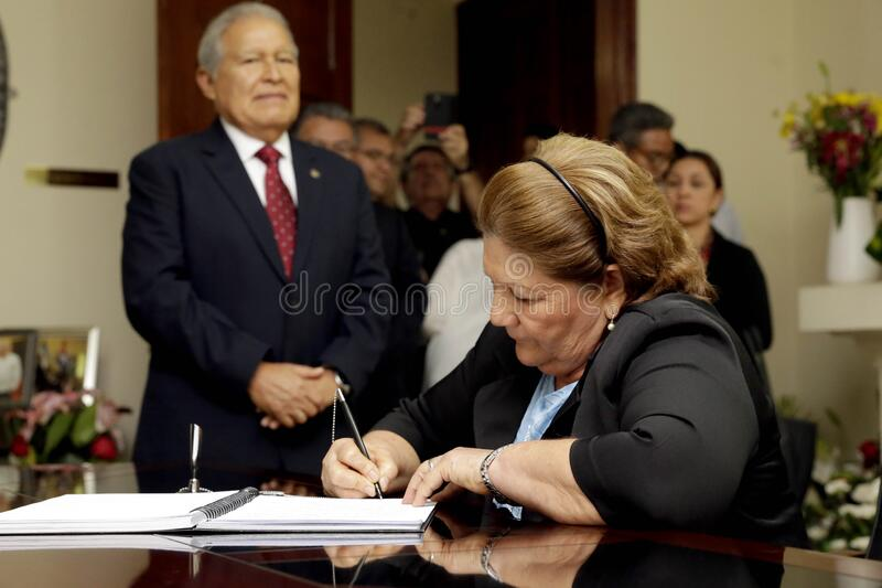 Presidente presenta sus condolencias en embajda de Cuba imagem de stock