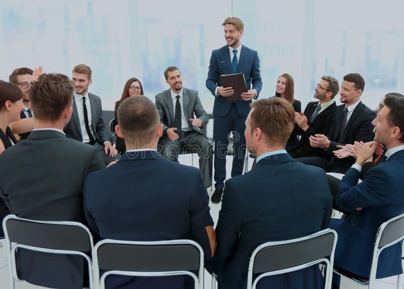 Presidente que da una charla sobre congreso de negocios corporativo Negocios foto de archivo