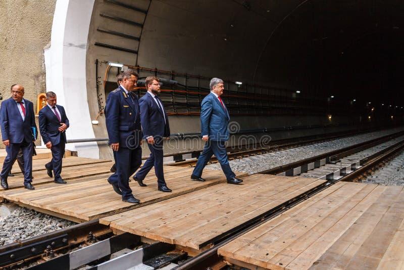 Presidenten Poroshenko öppnar den nya järnväg tunnelen i Carpathiansna fotografering för bildbyråer