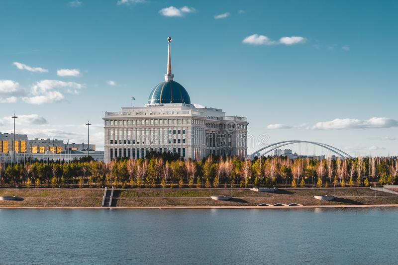 Presidentpalatset`-Ak-Orda ` med blå himmel över floden i Astana, Kasakhstan royaltyfria bilder