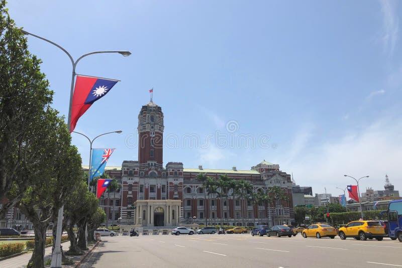 Presidents- kontorsbyggnad fodrade med träd och flaggor i Taipei, Taiwan arkivbild
