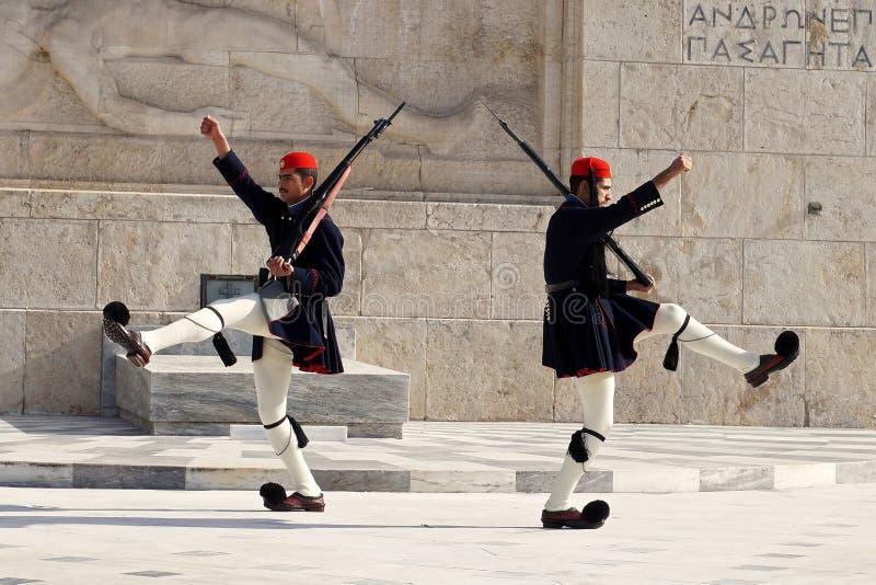 Presidents- vakter som marscherar på gravvalvet av den Uknown soldaten i Aten arkivfoto