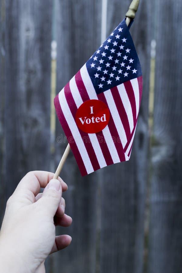 2016 Presidentsverkiezing stemde ik sticker over kleine Amerikaanse vlag royalty-vrije stock foto