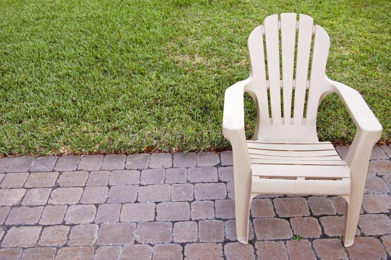Presidenza del patio sulla piattaforma pavimentata pietra immagine stock libera da diritti