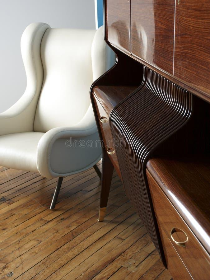 Presidenza di cuoio bianca moderna e sideboard di legno. immagine stock libera da diritti