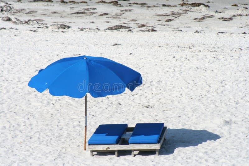 Presidenza di spiaggia con l'ombrello immagine stock libera da diritti