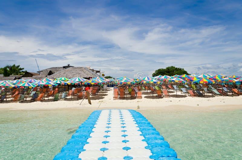 Presidenza di spiaggia ed ombrello variopinto sulla spiaggia fotografie stock libere da diritti