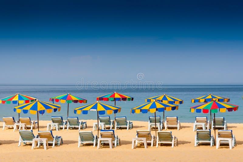 Presidenza di spiaggia ed ombrello variopinto sulla spiaggia fotografia stock