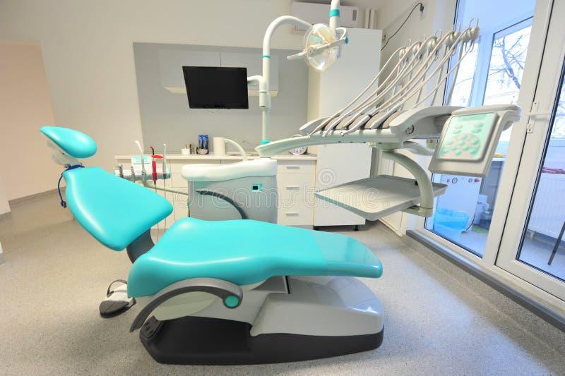 Presidenza ed utensili moderni di odontoiatria fotografia stock