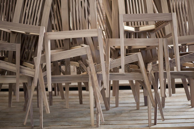 Presidenze di legno accatastate in su fotografia stock