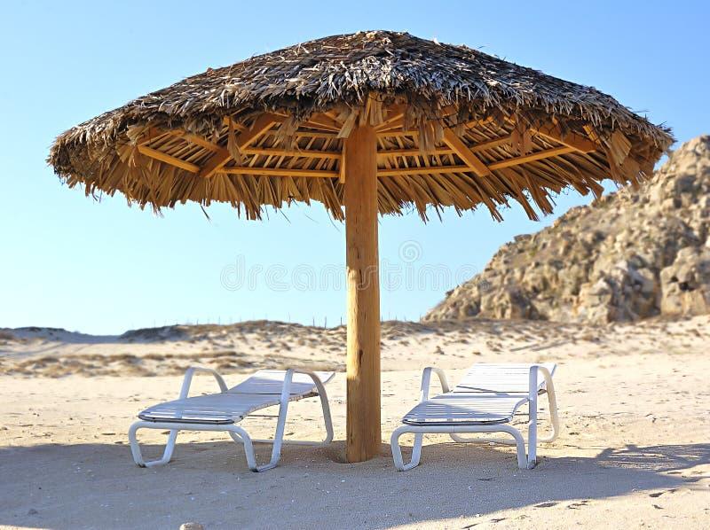 Presidenze di salotto del Chaise sulla spiaggia immagini stock libere da diritti