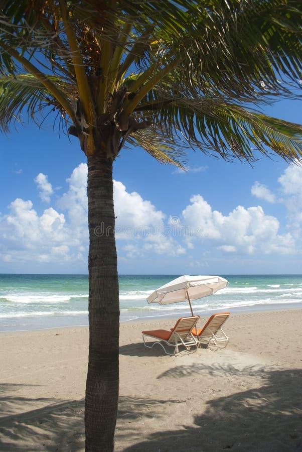 Presidenze di spiaggia con l'ombrello fotografie stock libere da diritti
