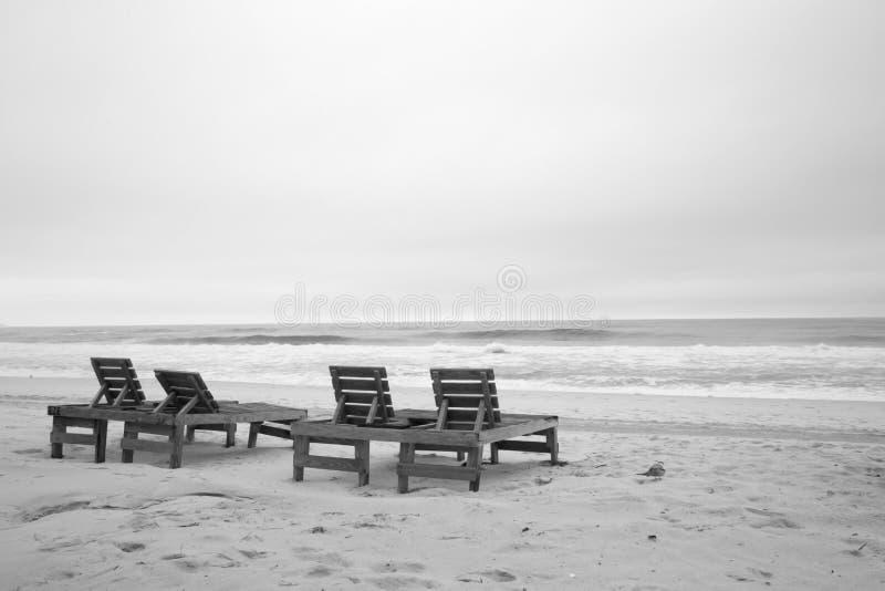 Presidenze di spiaggia di legno immagini stock libere da diritti