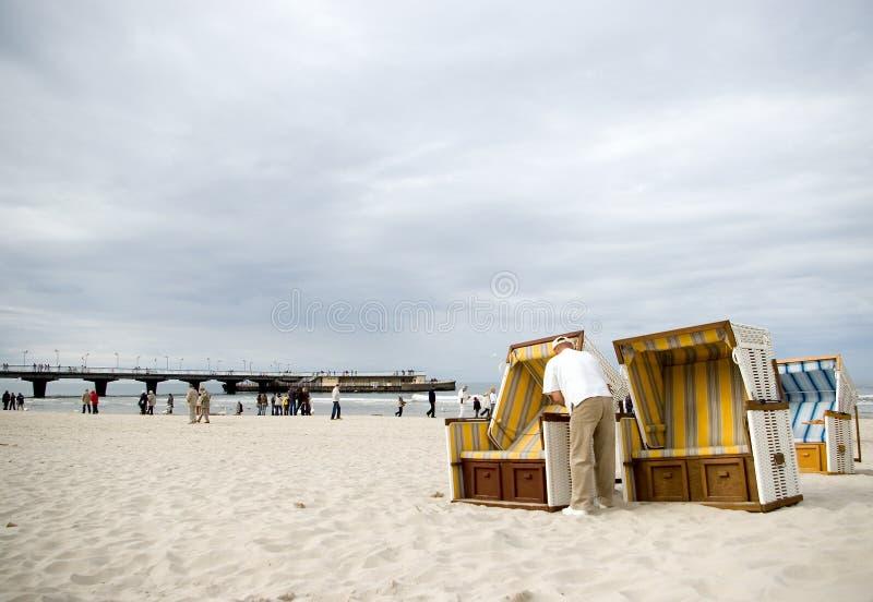 Presidenze di spiaggia pronte. immagine stock