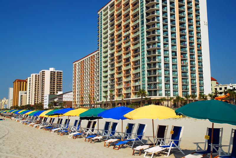 Presidenze ed ombrelli di spiaggia immagine stock libera da diritti