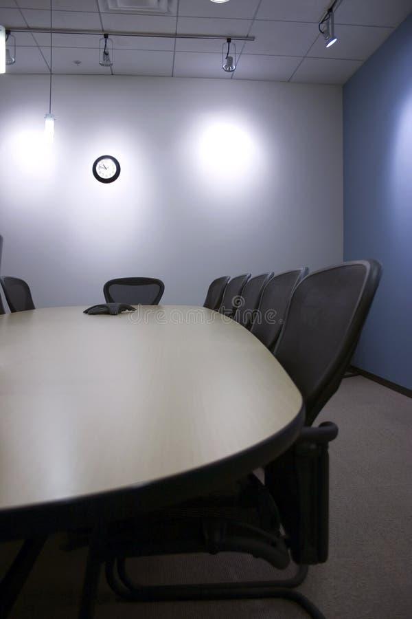 Presidenze in una riga nella sala per conferenze immagini stock libere da diritti