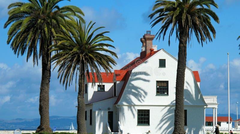 Presidio与红色屋顶的江边大厦 免版税库存图片